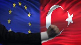 ΕΕ εναντίον της αντιμετώπισης της Τουρκίας, διαφωνία χωρών, πυγμές στο υπόβαθρο σημαιών απόθεμα βίντεο