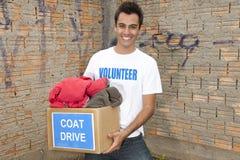 Εθελοντής με το κιβώτιο δωρεάς ρυθμιστή παλτών στοκ φωτογραφία με δικαίωμα ελεύθερης χρήσης