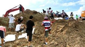 Εθελοντές για να σταματήσει την πλημμύρα απόθεμα βίντεο