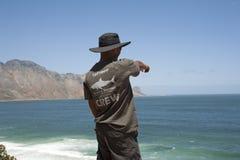 Εθελοντικός καρχαρίας spotter που κοιτάζει έξω στη θάλασσα στοκ φωτογραφία