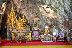 Εθιμοτυπικές ελεημοσύνες και γονατισμένοι μοναχοί μέσα στο ναό Wat Tham Pha Plong, Chiang Dao στοκ εικόνα