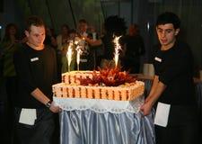 Εθιμοτυπική αφαίρεση ενός μεγάλου εορταστικού γαμήλιου κέικ Στοκ εικόνα με δικαίωμα ελεύθερης χρήσης