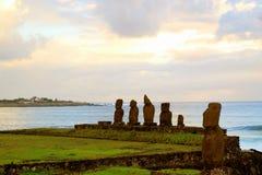 Εθιμοτυπική πλατφόρμα Tahai Ahu με τα αγάλματα Moai στο Pacific Coast, αρχαιολογική περιοχή στο νησί Πάσχας, Χιλή στοκ φωτογραφία