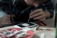 Εθισμένο φάρμακο άτομο που παίρνει την κοκαΐνη στοκ εικόνες