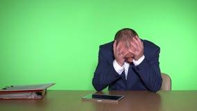 Εθισμένο χαρτοπαικτική λέσχη αρσενικό παιχνίδι χρημάτων παικτών χαμένο άτομο με την ταμπλέτα απόθεμα βίντεο