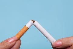 εθισμός Δίνει το σπάζοντας τσιγάρο τρισδιάστατο αντι εγκαταλειμμένο εικόνα κάπνισμα Στοκ Εικόνα