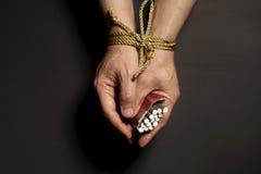 Εθισμός καπνών Τσιγάρα αρσενικά που δένονται σε ετοιμότητα με ένα σχοινί Στοκ φωτογραφίες με δικαίωμα ελεύθερης χρήσης
