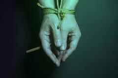 Εθισμός καπνών Τσιγάρο αρσενικά που δένονται σε ετοιμότητα με ένα σχοινί Στοκ εικόνα με δικαίωμα ελεύθερης χρήσης