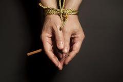 Εθισμός καπνών Τσιγάρο αρσενικά που δένονται σε ετοιμότητα με ένα σχοινί Στοκ Εικόνες