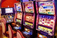 Εθιστικά μηχανήματα τυχερών παιχνιδιών με κέρματα, έτοιμα να παίξουν στοκ εικόνα με δικαίωμα ελεύθερης χρήσης