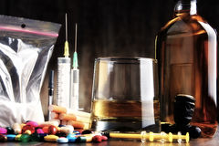 εθιστικές ουσίες, συμπεριλαμβανομένου του οινοπνεύματος, τσιγάρα και φάρμακα Στοκ Εικόνες