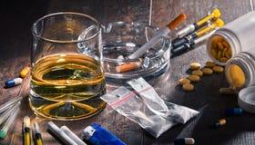 εθιστικές ουσίες, συμπεριλαμβανομένου του οινοπνεύματος, τσιγάρα και φάρμακα στοκ εικόνα με δικαίωμα ελεύθερης χρήσης