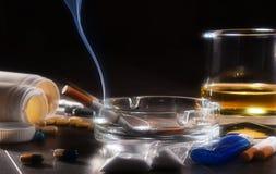 εθιστικές ουσίες, συμπεριλαμβανομένου του οινοπνεύματος, τσιγάρα και φάρμακα στοκ φωτογραφία