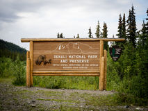 Εθνικά πάρκο Denali και σημάδι κονσερβών με την ανακούφιση αρκούδων Στοκ Φωτογραφίες