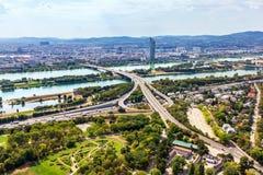 Εθνικές οδοί και γέφυρες της Βιέννης πέρα από το Δούναβη, εναέρια άποψη στοκ εικόνα