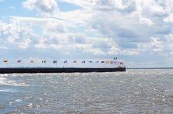 Εθνικές σημαίες μερικών παγκόσμιων σημαντικών σφαιρικών χωρών κοντά στη θάλασσα Στοκ Φωτογραφίες