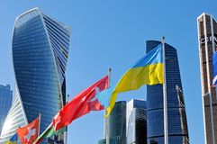 Εθνικές σημαίες της Ουκρανίας και της Τουρκίας στο υπόβαθρο της πόλης της Μόσχας στοκ εικόνες με δικαίωμα ελεύθερης χρήσης