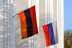 Εθνικές σημαίες της Ρωσίας και της Αρμενίας στο κτήριο στοκ φωτογραφίες με δικαίωμα ελεύθερης χρήσης