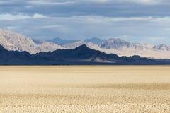 Εθνικές σκιές βουνών κονσερβών Mojave και ξηρά λίμνη στοκ φωτογραφίες