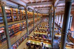 Εθνική βιβλιοθήκη της Σουηδίας με τους σπουδαστές και τους αναγνώστες κάτω από τις ιστορικές στήλες Στοκ φωτογραφία με δικαίωμα ελεύθερης χρήσης