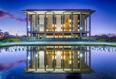 Εθνική βιβλιοθήκη της Αυστραλίας, Καμπέρρα - στο σούρουπο Στοκ φωτογραφία με δικαίωμα ελεύθερης χρήσης