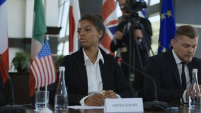 Εθνική γυναίκα που μιλά για το bitcoin στη διάσκεψη φιλμ μικρού μήκους