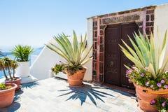 Εθνική ελληνική αρχιτεκτονική, πεζούλι με τα λουλούδια Στοκ Φωτογραφίες
