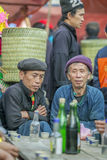 Εθνική μειονότητα δύο άτομα που μιλούν ο ένας στον άλλο, στον παλαιό ήχο καμπάνας Van market στοκ φωτογραφία