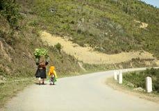 Εθνική μειονότητα mom και κόρη στοκ φωτογραφία
