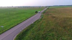 Εθνική οδός άνωθεν με τη διάβαση των αυτοκινήτων απόθεμα βίντεο