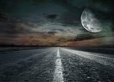 Εθνική οδός από το αμμοχάλικο στο ηλιοβασίλεμα στοκ εικόνα