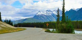 Εθνική οδός μέσω του Canadian Rockies κατά μήκος του χώρου στάθμευσης Icefields μεταξύ Banff και της ιάσπιδας Στοκ Εικόνα
