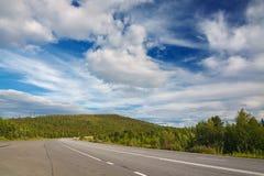 Εθνική οδός με τα σημάδια στο υπόβαθρο ουρανού Στοκ Εικόνες