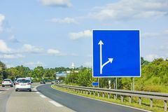 Εθνική οδός με την κενή πινακίδα Στοκ εικόνα με δικαίωμα ελεύθερης χρήσης