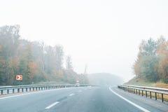 Εθνική οδός με την ομίχλη στην εθνική οδό Στοκ Φωτογραφίες