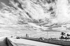 Εθνική οδός με τους ουρανοξύστες στον μπλε νεφελώδη ουρανό Στοκ Εικόνα