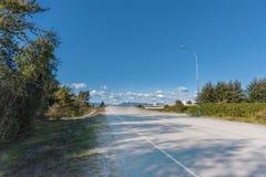 Εθνική οδός που καταλήγει στα βουνά, στο μπλε ουρανό και το σύννεφο στοκ εικόνες με δικαίωμα ελεύθερης χρήσης