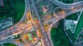 Εθνική οδός, οδός ταχείας κυκλοφορίας, αυτοκινητόδρομος, τρόπος φόρου τη νύχτα, εναέρια άποψη μέσα Στοκ Εικόνα