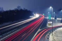 Εθνική οδός τη νύχτα με τα φωτεινά ίχνη του φωτός από την εισερχόμενη και εξερχόμενη κυκλοφορία στοκ εικόνες