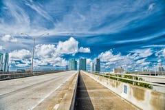 Εθνική οδός του Μαϊάμι ή δημόσιο οδικό οδόστρωμα για τα οχήματα μεταφορών Στοκ φωτογραφία με δικαίωμα ελεύθερης χρήσης