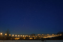 Εθνική οδός αυτοκινήτων με τον ουρανό αστεριών, αναμμένο από τα φανάρια Τοπίο νύχτας στο τ Στοκ εικόνα με δικαίωμα ελεύθερης χρήσης