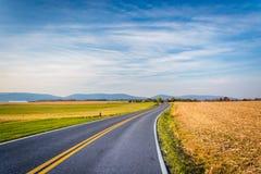 Εθνική οδός και απόμακρα βουνά στην αγροτική κομητεία του Frederick, μΑ Στοκ εικόνες με δικαίωμα ελεύθερης χρήσης