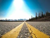 Εθνική οδός και βουνά σε ένα οδικό ταξίδι στην Αλάσκα Στοκ Εικόνες