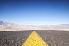 Εθνική οδός και βουνά σε SunsetHighway προς την κοιλάδα θανάτου, Cali Στοκ εικόνα με δικαίωμα ελεύθερης χρήσης