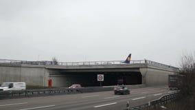 Εθνική οδός και μετακιμένος με ταξί αεροπλάνο φιλμ μικρού μήκους