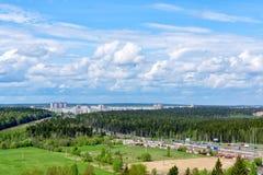 Εθνική οδός και πόλη στο βόρειο δάσος το καλοκαίρι Στοκ Φωτογραφία