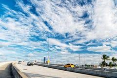 Εθνική οδός με τους ουρανοξύστες στον μπλε νεφελώδη ουρανό Στοκ Εικόνες