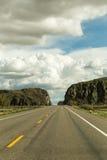 Εθνική οδός με τους σχηματισμούς βράχου και τα σύννεφα ανωτέρω Στοκ εικόνα με δικαίωμα ελεύθερης χρήσης