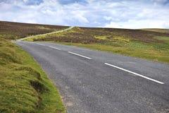Εθνική οδός που διασχίζει το εθνικό πάρκο Dartmoor, Αγγλία, Ηνωμένο Βασίλειο Στοκ Φωτογραφία