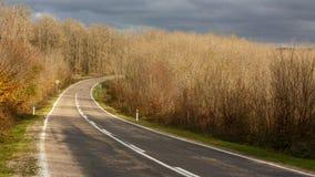 Εθνική οδός που περνά μέσω των αγροτικών ares Στοκ φωτογραφία με δικαίωμα ελεύθερης χρήσης